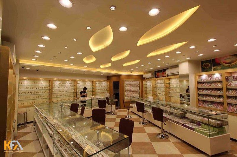 Mẫu trần thạch cao cho showroom với ánh đèn vàng trắng nhẹ nhàng